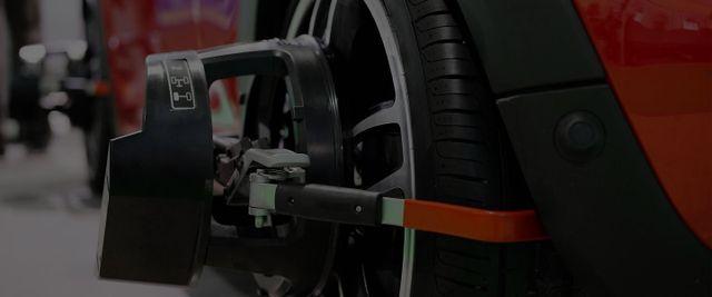 Un'attrezzatura attaccata a uno pneumatico