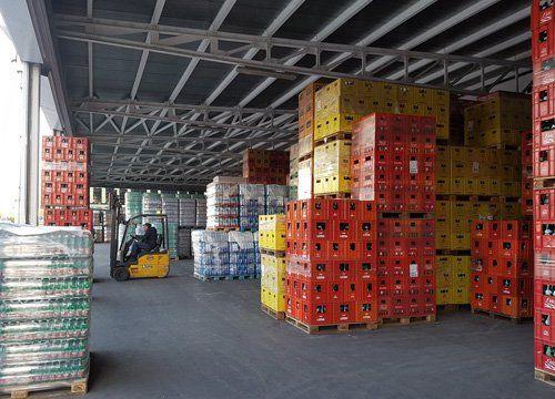 Bevande nelle cassette impilate nel magazzino di 3 Effe Distribuzione