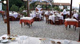Tavole all'aperto al Ristorante La Vela a Messina