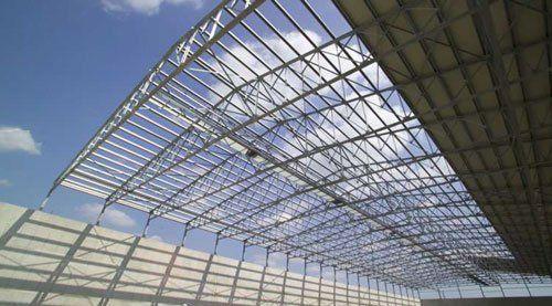 Delle strutture in ferro sporgenti che reggono un tetto