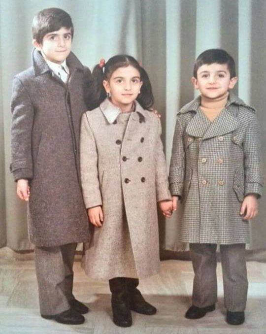 bambini vestiti con cappotti