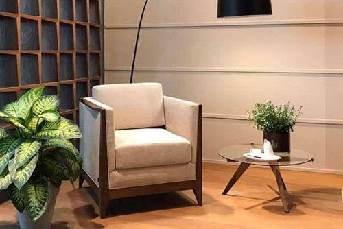 poltrona moderna con piantana e tavolino