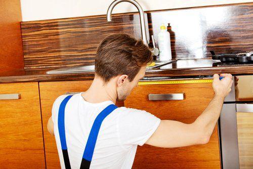operaio monta un cassetto in cucina