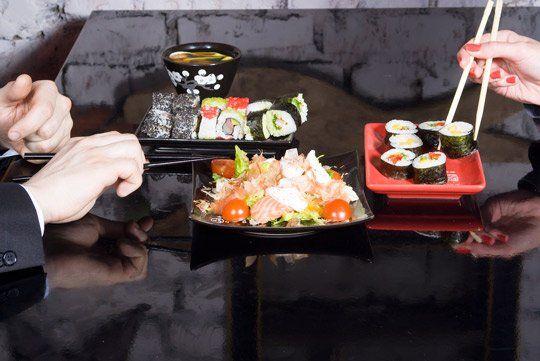 Coppia mangiando il sushi al ristorante 168 WOK in Palermo