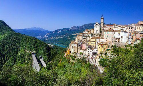 Un paesaggio di montagna con città
