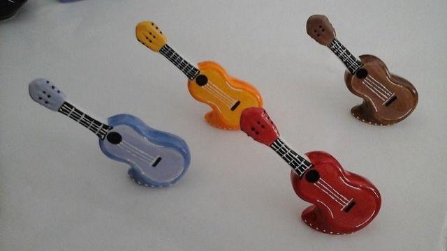 delle miniature di chitarre colorate in ceramica