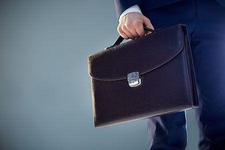 un uomo con una valigetta in mano