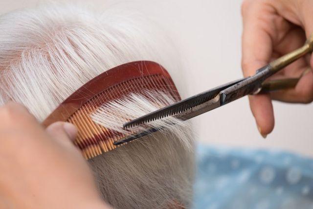 Parrucchiera taglia i capelli a Villa Giorgia in Torre de' Negri