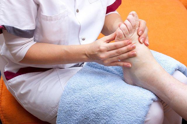 Fisioterapista massaggia una persona anziana a Torre de' Negri