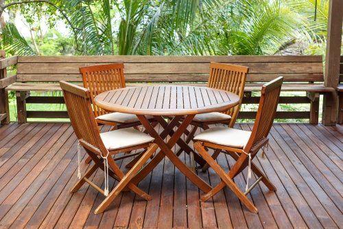 un tavolo da esterno con delle sedie in legno