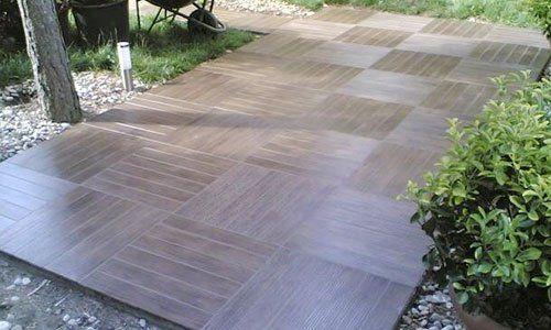 un pavimento di piastrelle all'esterno