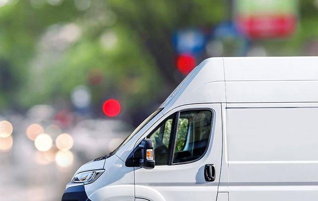 un furgone di color grigio visto dal lato con  solo la parte anteriore visibile