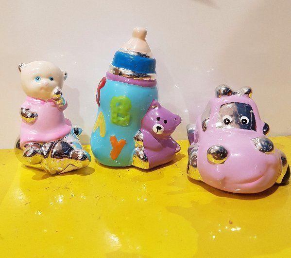 soprammobili di ceramica a forma di biberon, macchinina e aeroplanino