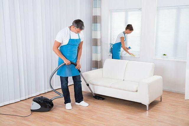 Due operatori pulendo accuratamente