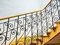 Protettore di scale di ferro battuto con parapetto di legno