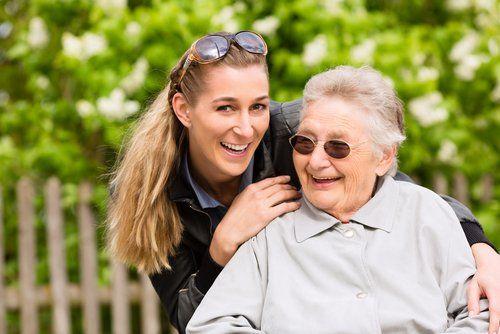ELSNER Pflegerin unternimmt mit älterer Frau einen Ausflug in die Natur.