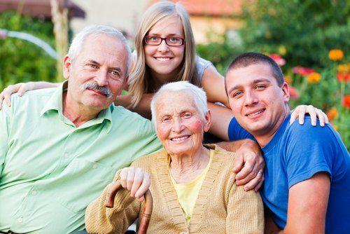 Gruppenfoto einer Seniorin mit ihrer Familie.