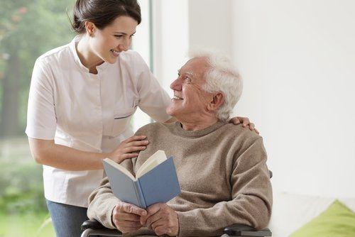 Seniorin erkundigt sich bei älterem Herren um sein Wohlergehen.