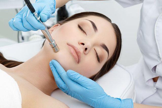 un' estetista durante una procedura di microdermoabrasione sul viso di una ragazza a Nocera Inferiore, SA