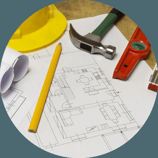 un disegno di un progetto e sopra un elmetto giallo,una matita,un martello,una livella e un metro di legno piegato