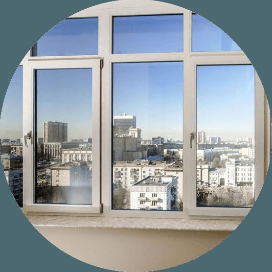 vista della citta' attraverso i vetri delle  finestre con rifiniture in  pvc