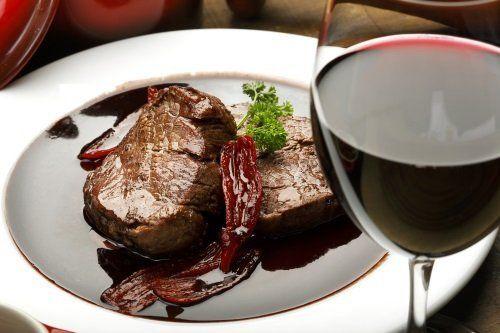 Carne alla griglia con riduzione di aceto di Modena