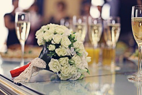 Il bouquet di rose bianche della sposa