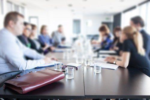 meeting aziendale con persone sedute al tavolo