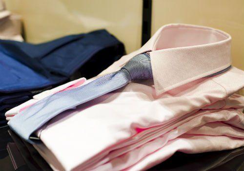 delle camicie di color rosa con una cravatta di color azzurro