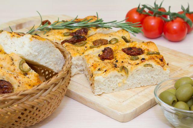 Focaccia con olive e Happy hour a Trieste
