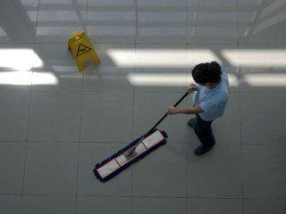 vista dall'alto di una donna che pulisce