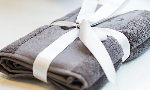 degli asciugamani marroni con un nastro bianco