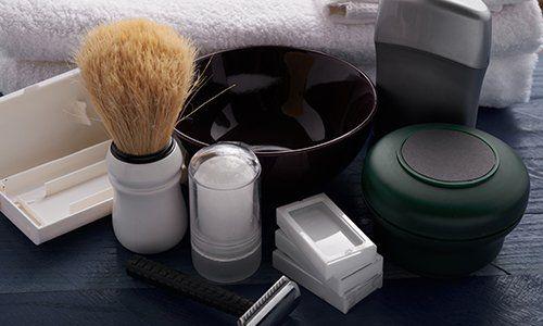 un rasoio, un pennello e altri prodotti per la rasatura