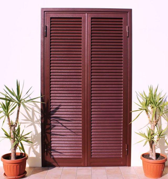 porta marrone con piante