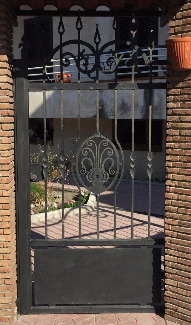 cancello lavorato in metallo nero