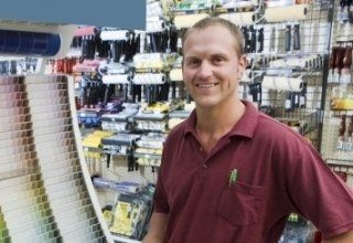 un uomo in un negozio di ferramenta
