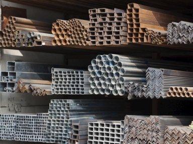dei tubi in ferro e altro materiale