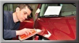 uomo che vernicia auto rossa