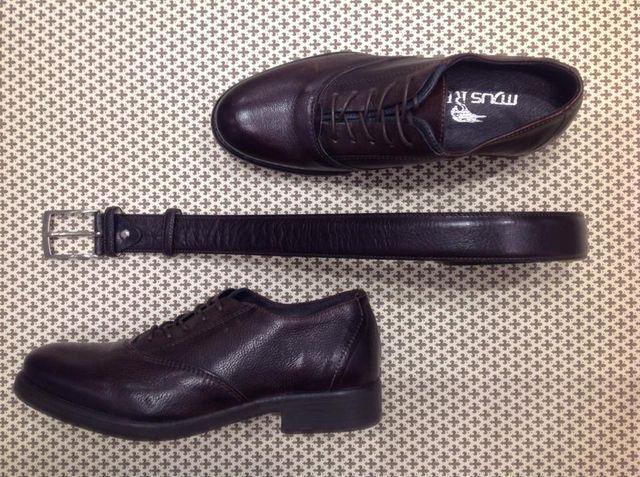 Scarpe e cintura in pelle da uomo