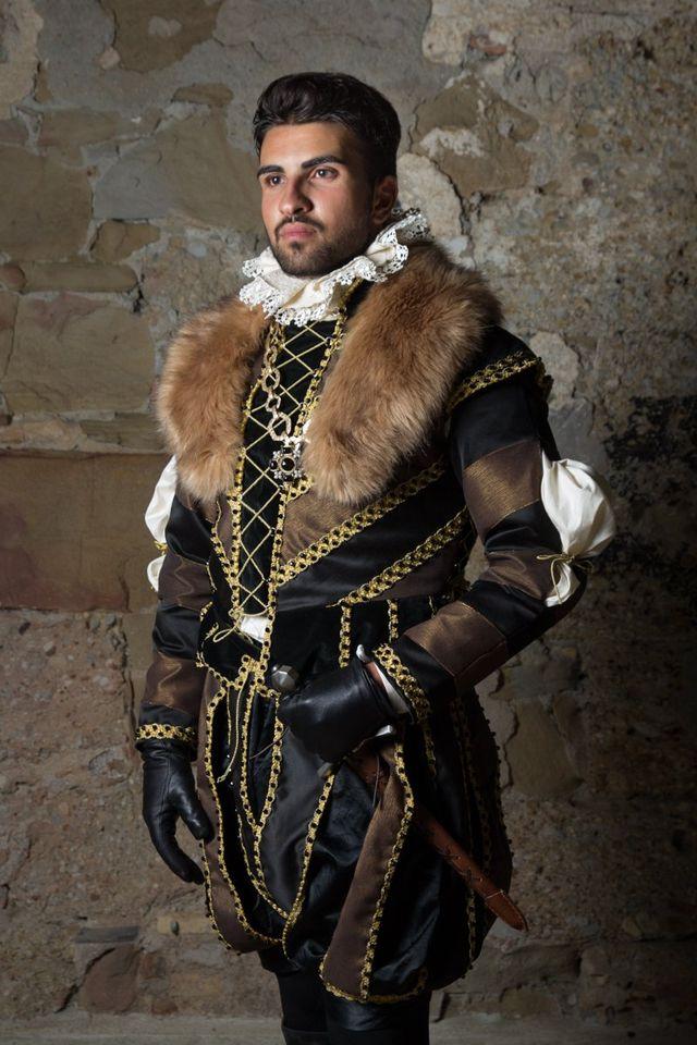 Modello indossa un costume medievale da nobile guerriero