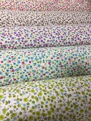 Tessuti bianchi con stampa fiori colorati