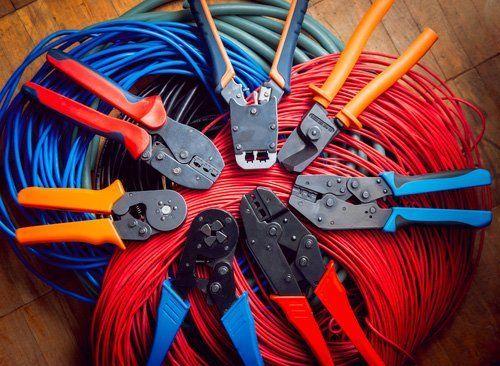 fili elettrici colorati e crimpatrice
