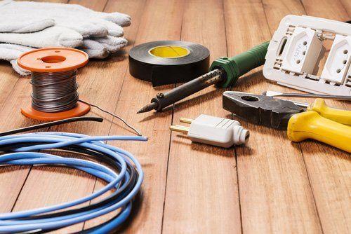 utensili elettrici e attrezzature su fondo in legno