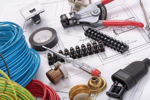 apparecchiature elettriche su un progetto