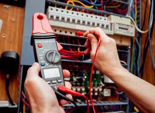 mani di un elettricista con multimetro per misurare la pressione