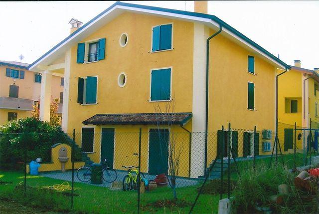villa privata pittura gialla con giardino esterno