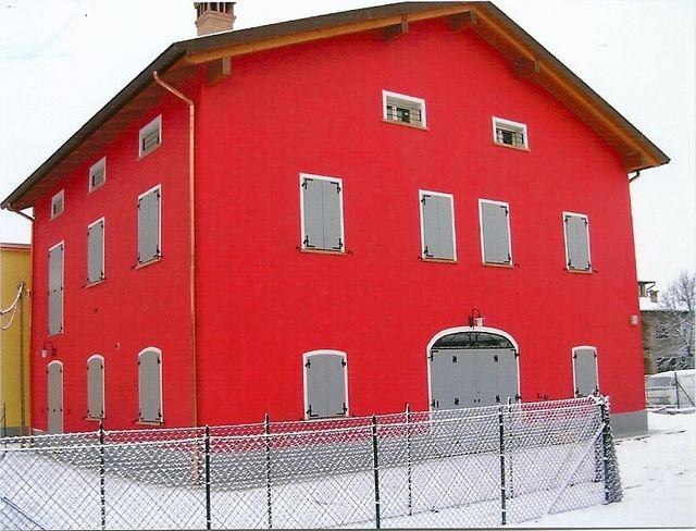 casa rossa in paesaggio innevato