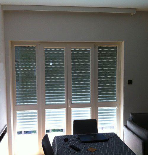 una finestra con una tapparella semiaperta