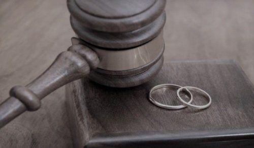 martello del giudice insieme a duefedi matrimoniali