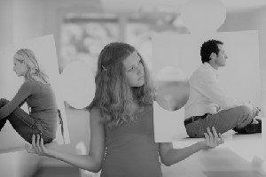 Giovane che mostra l'immagine di un uomo in una mano e una donna nell'altra
